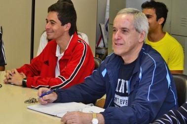 Petianos da Engenharia Elétrica em reunião com o professor e tutor Francisco Gomes
