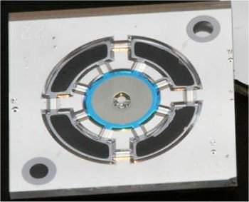 Esta é a parte do microfone fabricada em uma pastilha de silício. O laser é montado na parte inferior