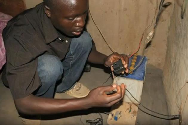 O jovem encontrou uma bateria de carro e conseguiu manter lâmpadas e rádios ligados. (Foto: Divulgação)