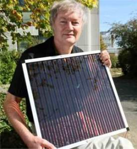 O professor Michael Gratzel apresentando suas células solares orgânicas, agora com eficiência na casa dos 15%.
