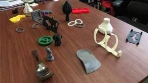 Objetos fabricados em uma impressora 3D usados no estudo de análise econômica do ciclo de vida da impressão 3D.