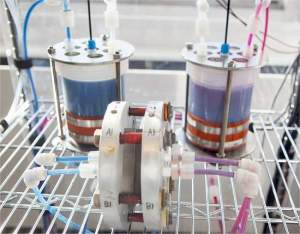 Baterias de fluxo armazenam energia em fluidos químicos contidos em tanques externos, em vez de dentro do próprio recipiente da bateria.