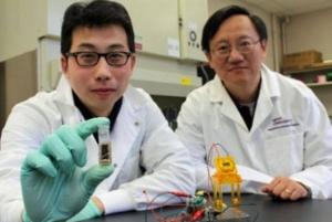 Y.H. Percival Zhang, à dir, com um de seus assistentes, o pesquisador Zhiguang Zhu, à esq