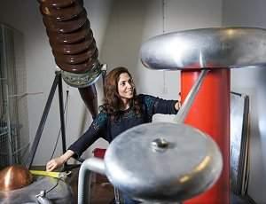 """Roya Nikjoo descobriu uma forma de tirar proveito dos raios e transformá-los em uma ferramenta de """"medicina preventiva"""" para as redes elétricas."""