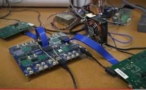 Um cérebro eletrônico espalhado pela mesa: protótipo do Neurogrid, um computador neuromórfico que o pesquisador vislumbra vender a US$400 cada um.