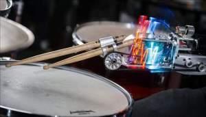 """A primeira baqueta é controlada pelos músculos do músico, enquanto a segunda """"ouve"""" a música e improvisa um acompanhamento."""
