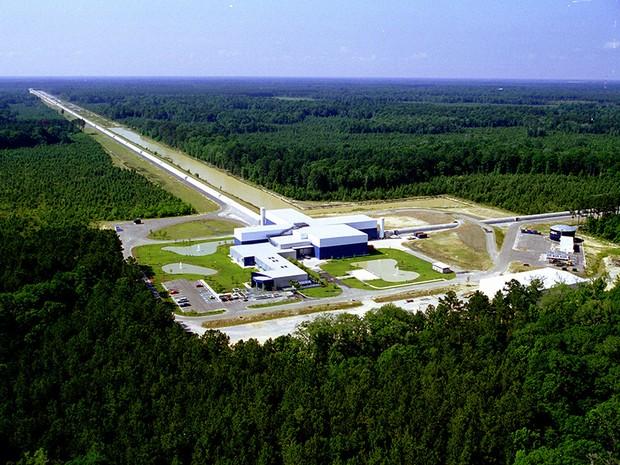 Vista aérea das instalações do experimento Ligo em Livingston, na Louisiana (Foto: MIT/Caltech)