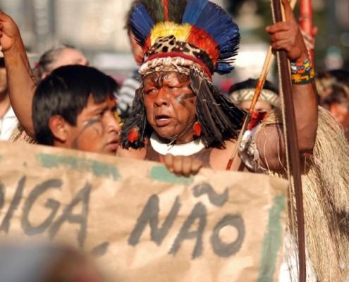 Ambientalistas, indigenas e estudantes participam de protesto na avenida Paulista, contra a construcao da usina de Belo Monte. Sao Paulo/SP, Brasil. 19/06/2011. Foto: Anderson Barbosa / Fotoarena
